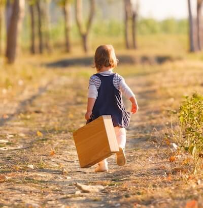 ongewenst kinderloos meisje op landweg met koffertje